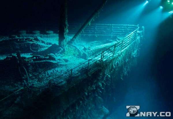 Нос корабля под водой