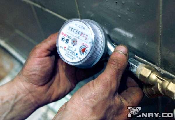 Проверяет прибор учета воды