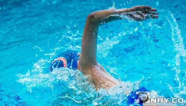 Плавание в бассейне в августе