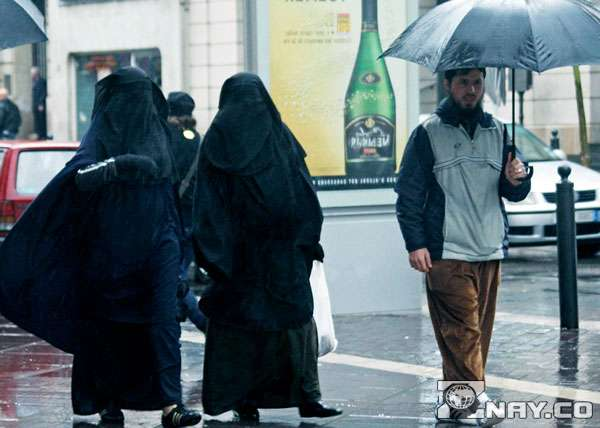 Арабы в черном идут
