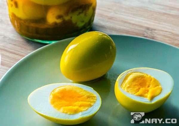 Приготовлены маринованные яйца - на тарелке
