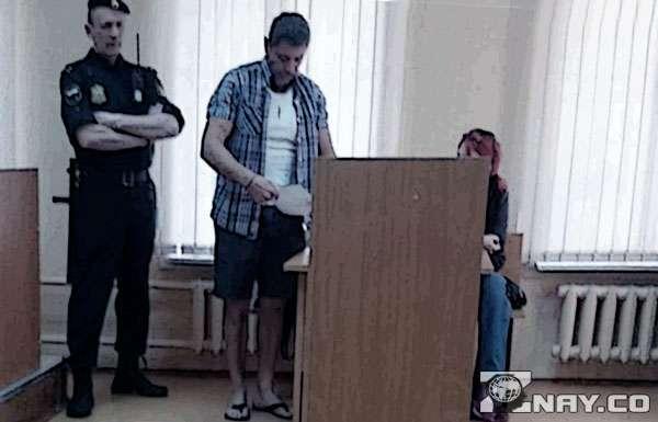 посетитель в здании суда в шортах