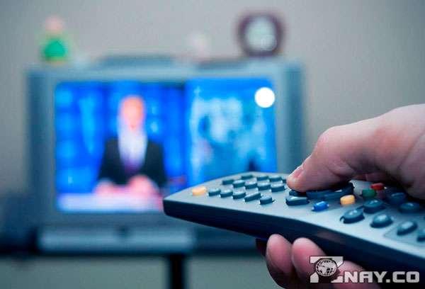 Смотрит ТВ , пульт