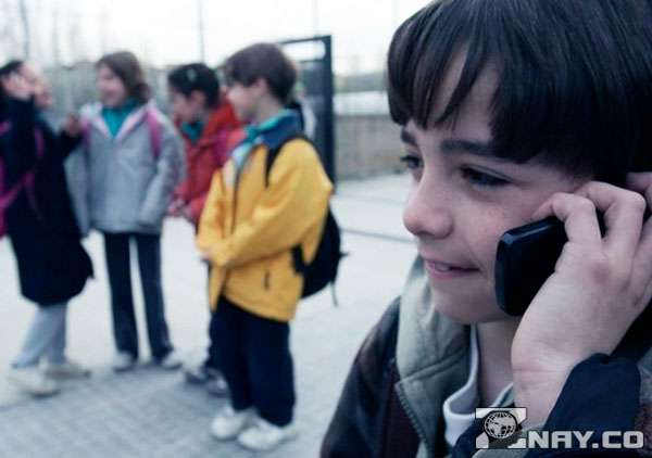 Школьник со смартфоном