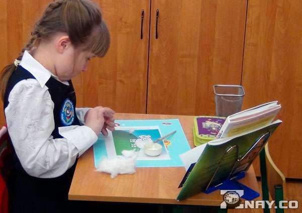 Девочка трудится на уроке