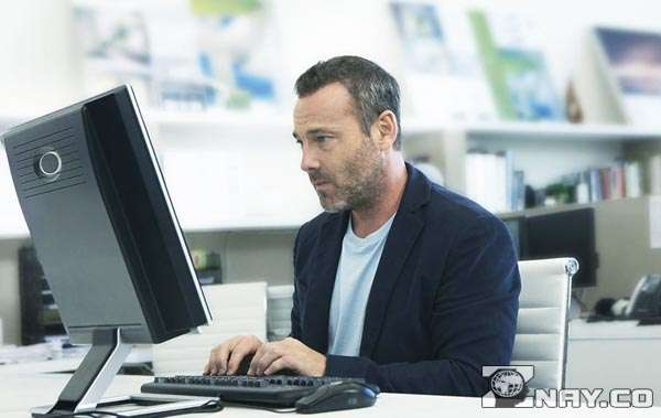 Мужчина работает за монитором