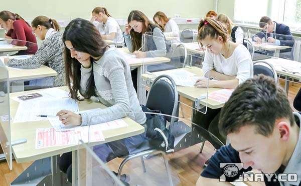 Сдают экзамены в школе - ЕГЭ