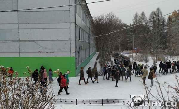 Школу эвакуировали полностью
