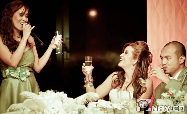 Поздравляет молодых на свадьбе
